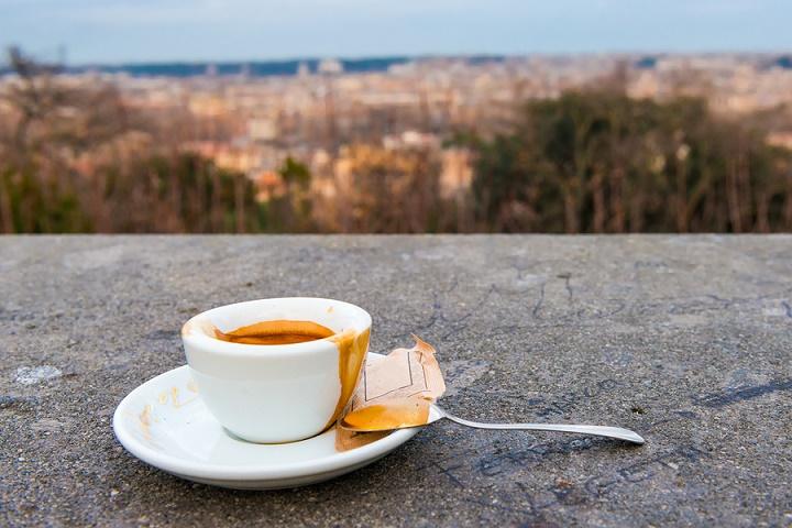 A-traditional-Italian-espresso-on-a-concrete-ledge