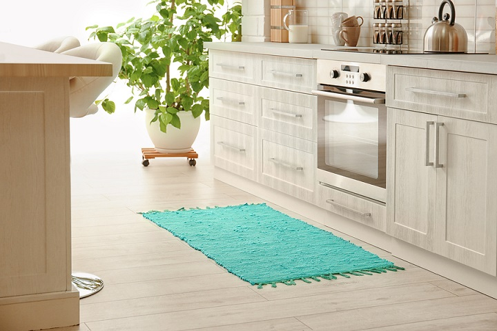 Colorful-rug-on-floor-in-kitchen